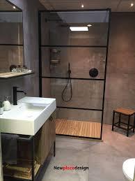 kleines badezimmer mit offener dusche die durch eine