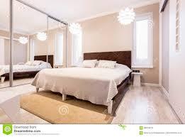 beige schlafzimmer mit spiegelgarderobe stockbild bild
