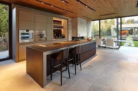 cuisine haut de gamme cuisine avec façades en palissandre et aluminium et plan de travail