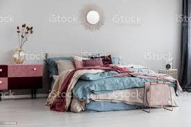 sonnenform wie spiegel auf leeren kopierraum graue wand des modernen schlafzimmer interieur mit bequemen bett stockfoto und mehr bilder behaglich