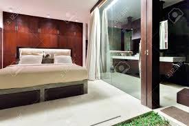 moderne schlafzimmer die außerhalb ausgesetzt mit glas abgedeckt und mit lichtern beleuchtet