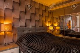 modern gestaltetes schlafzimmer mit kreativer brauner 3d tapete und großem bett
