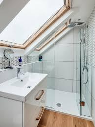kleines badezimmer unter der dachschräge bild kaufen