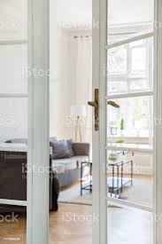 sofa und tisch in minimalen wohnzimmer interieur blick durch eine glastür echtes foto stockfoto und mehr bilder das leben zu hause