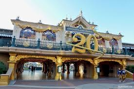 When Does Disneyland Remove Christmas Decorations by Main Street To Turn Blue And Silver In Disneyland Paris 25th