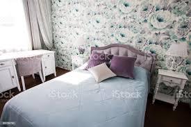 schlafzimmer im provencestil in blau und lila farben hellen modernen interieur stockfoto und mehr bilder bett