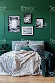 grüne wand mit plakatgalerie im trendigen schlafzimmerinterieur mit doppelbett stockfoto und mehr bilder behaglich
