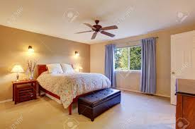 schöne schlafzimmer mit teppichboden fenster und blaue vorhänge