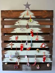 Calling All Pallet Art Lovers This Christmas Tree From Affirmaison Is Pure Genius I Never Met A Project Didnt Love And Clever
