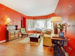 große rote wohnzimmer mit parkett und antike möbel mit len