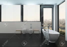 badewanne in sauberem modernem bad mit blick auf die stadt durch große fenster