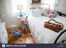 mädchen und baby im schlafzimmer stockfotografie alamy
