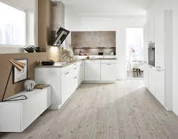 wohnliche l form küche mit weißen und steindekor fronten