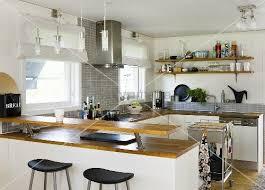 offene küche theke und ablage mit holzarbeitsplatte auf