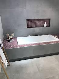 zeitlose betonoptik mit farbkontrasten kombinieren dazu