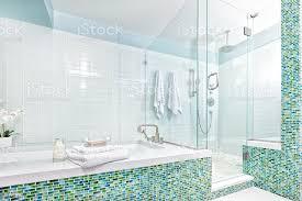modernes ambiente badezimmer mit dusche badewanne und glasfliesen stockfoto und mehr bilder architektur