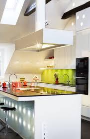 weiße hochglanz küche mit grünem glas spritzschutz unter