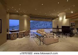 ansicht wohnzimmer mit groß fenster in luxus