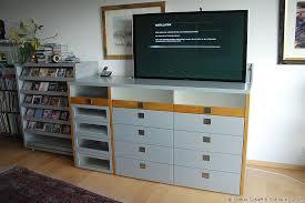 tv schrank mit tv lift in einer modernen kommode