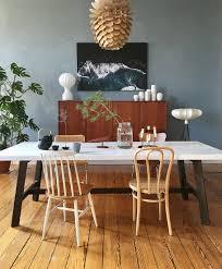 deko im mid century stil und blaue wand bild kaufen
