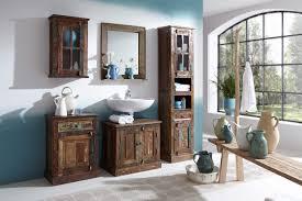 badezimmer hochschrank aus altholz bunt lackiert auf alt