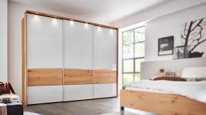 interliving schlafzimmer serie 1202 schwebetürenschrank mit beleuchtung weiß balkeneiche drei türen
