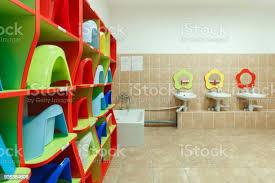 kinder badezimmer und individuellen waschbecken eines kindergartens stockfoto und mehr bilder ausrüstung und geräte