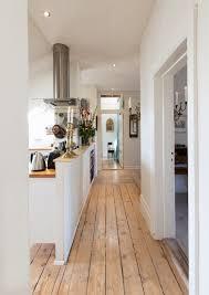 flur mit holzdielen und offener küche bild kaufen