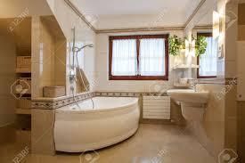 modernes badezimmer interieur große badewanne und fenster