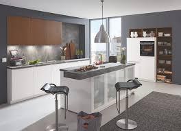 moderne weiß seidenmatt scuro u küche mit mittelinsel