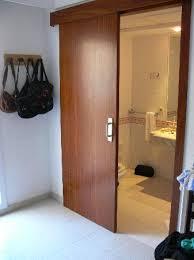 hier gehts ins badezimmer schiebetür bild hotel