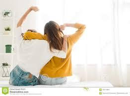 lesbienne femme de chambre vue arrière des couples heureux lesbiens de femmes se réveillant