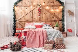 in morgen schlafzimmer doppelbett im weihnachten innen auf holz wand hintergrund stockfoto und mehr bilder ast pflanzenbestandteil