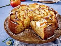 apfel marzipan kuchen mit karamellsoße