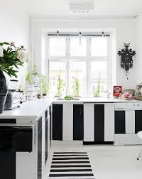 küche mit schwarz weiß gestreiften bild kaufen