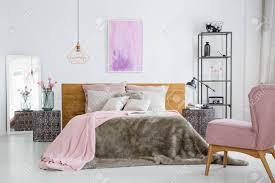 rosa farbe zubehör in hellen weißen schlafzimmer mit kingsize bett und sessel