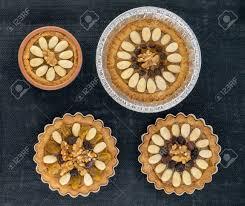 vier runde traditionelle polnische ostern kuchen mazurek mit mandeln rosinen und walnüssen auf dem dunklen hintergrund