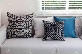 moderne innenraum wohnzimmer mit schwarzen weißen und blauen kissen