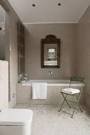 eingerahmter spiegel über badewanne in bild kaufen