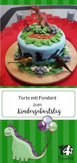 eine dino torte ist auf einem kindergeburtstag mit dem motto