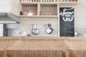 fond de cuisine toile de jute sur le dessus de table en bois avec le fond de