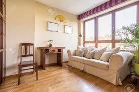 gemütliches wohnzimmer in natürlichen farben mit weißem sofa und couchtisch