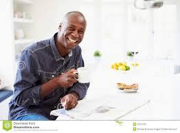 Une Femme Afro Américaine En Lisant Le Journal Petit Déjeuner D Afro Américain Et Journal Mangeurs D Hommes De