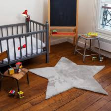 tapis de chambre bébé chambre enfant tapis chambre bébé forme étoile gris clair lit bébé