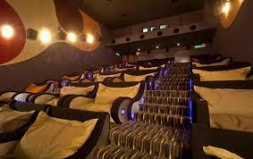 cinema siege une salle de cinéma équipée de canapés lits golem13 fr golem13 fr