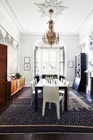 schwarzer tisch und weisse stühle unter bild kaufen