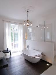 dusche und wc durch t wand getrennt mit davor stehender