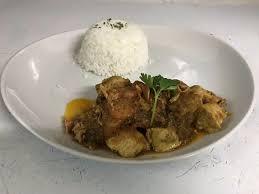 cuisine avec du riz pulet curry avec du riz plat de jour picture of la mariposa