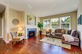 gemütliches wohnzimmer interieur mit kamin beige wände und parkett northwest usa