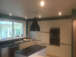 spots cuisine plafond tendu mat avec spots hotte de cuisine et suspension steve